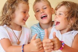 gyerekek mosolyognak